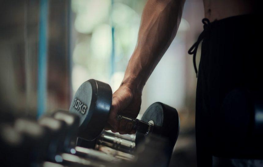 Jak budować masę mięśniową bez siłowni – trening z wykorzystaniem masy własnego ciała